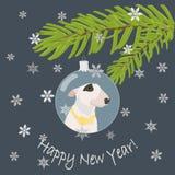 Übergeben Sie den gezogenen Bullterrierhund mit gelber Fliege im grauen blauen Weihnachtsflitter Weihnachtsbaum verzierend und Te Lizenzfreie Stockfotos