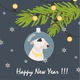 Übergeben Sie den gezogenen Bullterrierhund mit gelber Fliege im grauen blauen Weihnachtsflitter Weihnachtsbaum verzierend und Te Stockbild