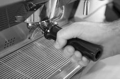 Übergeben Sie die Blockierung von einem Portafilter an Ort und Stelle auf Espresso-Maschine Lizenzfreie Stockfotos