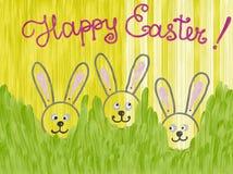 Übergeben Sie die gezogenen bunten lokalisierten Häschen, die im Gras sich verstecken und fröhliche Ostern beschriften, die auf g Lizenzfreies Stockbild