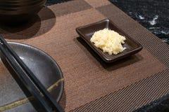 Übergeben Sie die Herstellung der FruchtEiscreme auf silbernes Metallflachem Ofen Pan-frie lizenzfreies stockfoto
