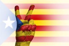 Übergeben Sie die Herstellung des Siegeszeichens, Katalonien malte mit Flagge als Symbol Stockfoto