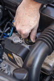 Übergeben Sie die Prüfung der Ölkappe eines Automotors Lizenzfreies Stockbild