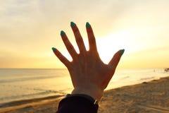 Übergeben Sie die Sonne lizenzfreies stockbild