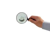 Übergeben Sie die Vergrößerungsglasuhr, die auf weißem Hintergrund, Kurzschluss der Zeit für Geschäft lokalisiert wird Stockfotos