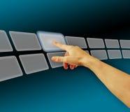 Übergeben Sie Durchstöbernbilder im virtuellen Platz des Touch Screen Stockfotos