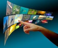 Übergeben Sie Durchstöbernbilder im virtuellen Platz des Touch Screen Stockfotografie