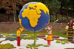 Übergeben Sie Erschütterung mit Weltkarte nach innen, getrennt auf Weiß Lizenzfreies Stockbild