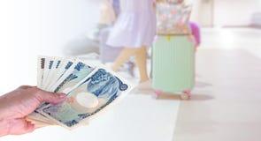 Übergeben Sie Frau mit japanischen Währungsyenbanknoten auf Bewegung blurr Lizenzfreies Stockfoto