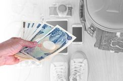 Übergeben Sie Frau mit japanischen Währungsyenbanknoten auf zurück verwischt Stockfoto