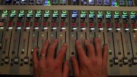 Übergeben Sie funktionierende Digital-Sound-Karte, die an Mischungsaudio gewöhnt ist stock footage