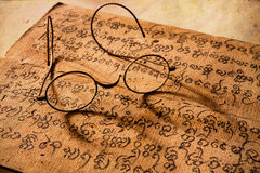 Übergeben Sie geschriebene alte Abhandlung von Lanna-Charakter mit sehr altem g Stockbilder