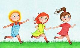 Übergeben Sie gezogene Illustration von drei Kindern, die einander im Sommer nachlaufen und jagen Lizenzfreies Stockfoto