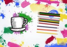 Übergeben Sie gezogene Kaffeetasse und untertasse mit Farbbleistift und multi farbigem Farbenanschlag Stockfotografie