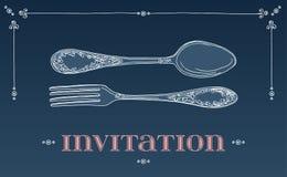Übergeben Sie gezogene Vektorillustration des gelockten dekorativen silbernen Geschirrs, Tischbesteck auf blauem Hintergrund Auch Stockfotos