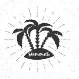 Übergeben Sie gezogene Weinleseillustration mit Typografie, Sonnenstrahlen und Palmen Vektorillustration - Sommer Stockfotografie