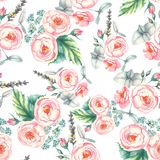 Übergeben Sie gezogenem Aquarell nahtloses mit Blumenmuster mit zarten rosa Rosen herein auf dem hellblauen Hintergrund Lizenzfreie Stockfotos