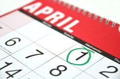 Übergeben Sie gezogenen April-Kalender mit dem ersten beringten Lizenzfreie Stockfotografie