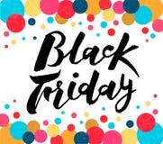 Übergeben Sie gezogenen schwarzen Freitag-Beschriftungstext auf weißem Hintergrund mit farbigen Kreisen, Illustration stockbilder