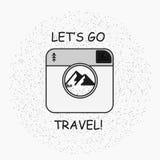 Übergeben Sie gezogenes Arttypographieplakat mit Kamera, Bergen und Zitat - lassen Sie uns gehen Reise Stockbilder
