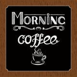 Übergeben Sie gezogenes Beschriftung ` Morgen-Kaffee ` mit Holzkohleneffekt und Ansicht eines Tasse Kaffees über schwarzen und br Stockfotografie