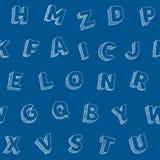 Übergeben Sie gezogenes Buchstabevektoralphabet seamles Muster auf blauem Hintergrund Lizenzfreies Stockfoto