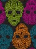 Übergeben Sie gezogenes nahtloses Muster mit den menschlichen Schädeln in der aufwändigen Art Stockfotografie