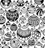 Übergeben Sie gezogenes nahtloses Muster von Weihnachtsbällen auf dem weißen Hintergrund stockfotos