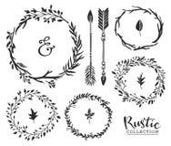 Übergeben Sie gezogenes Weinleseetzeichen, -pfeile und -Kränze Rustikales decorat Stockfotografie