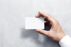 Übergeben Sie Griff leeres weißes Kartenmodell mit gerundeten Ecken Lizenzfreie Stockfotografie