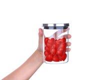 Übergeben Sie Griff rote Herzen im Glasgefäß mit Aluminiumdeckel Lizenzfreies Stockbild