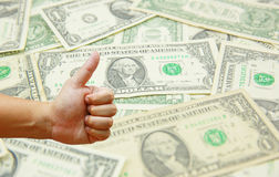 Übergeben Sie Griff viele US-Dollar mit US-Dollar Banknotenhintergrund Lizenzfreie Stockfotos