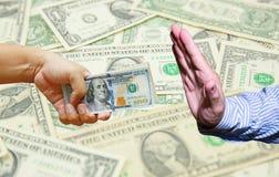 Übergeben Sie Griff viele US-Dollar mit US-Dollar Banknotenhintergrund Lizenzfreies Stockfoto