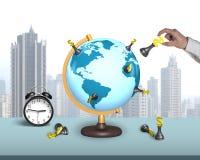 Übergeben Sie Griffdollarschach auf Erdkugel mit Wecker Lizenzfreies Stockfoto