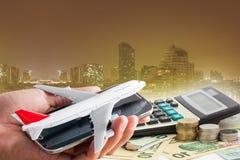 Übergeben Sie Griffhandy mit Flugzeugmodell auf Banknotenhintergrund Stockbilder