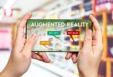 Übergeben Sie Griffhandy und die Anwendung vergrößerter Wirklichkeit AR-APP FO lizenzfreie stockbilder