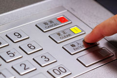 Übergeben Sie hereinkommende persönliche Identifikationsnummer auf ATM-Skalaplatte Stockbilder