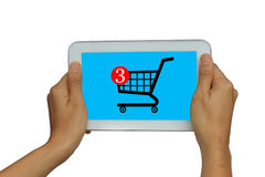 Übergeben Sie Holding lokalisierte weiße Tablette mit on-line-Einkaufskonzept lizenzfreies stockfoto