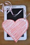 Übergeben Sie Holding rotes Valentinsgrußinneres auf schwarzem Hintergrund Stockfotos