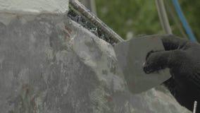 Übergeben Sie im schwarzen Arbeitshandschuh setzt den Kitt auf Seite der Yacht Livekamera Nahaufnahme stock video footage