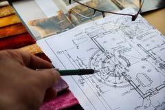 Übergeben Sie Lacken einen Projektplan und wählen Sie Möbel Stockfoto