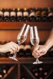 Übergeben Sie Mann und Frau mit Gläsern Champagner Lizenzfreies Stockfoto