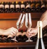 Übergeben Sie Mann und Frau mit Gläsern Champagner Lizenzfreie Stockfotos