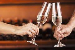 Übergeben Sie Mann und Frau mit Gläsern Champagner Stockfotografie