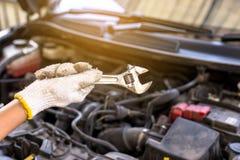 Übergeben Sie Mechanikeringenieur-Festlegungsauto an der Garage, Konzeptwagenpflege Lizenzfreie Stockbilder