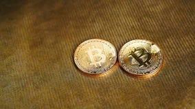 Übergeben Sie nehmen Bitcoin oder cryptocurrency auf goldenem Hintergrund, Finanzkonzept stock footage