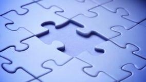 Übergeben Sie Platzstück in Puzzlespiel