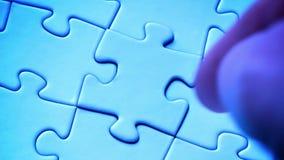 Übergeben Sie Platzstück in Puzzlespiel stock video footage
