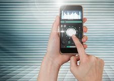 Übergeben Sie rührenden Handy mit solider Musik und Audioproduktionstechnikentzerrer APP-Schnittstelle Lizenzfreie Stockbilder