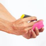 Übergeben Sie schriftliche Anmerkungen in der gelben Markierung auf einem roten Aufkleber auf weißem Hintergrund Lizenzfreie Stockfotografie